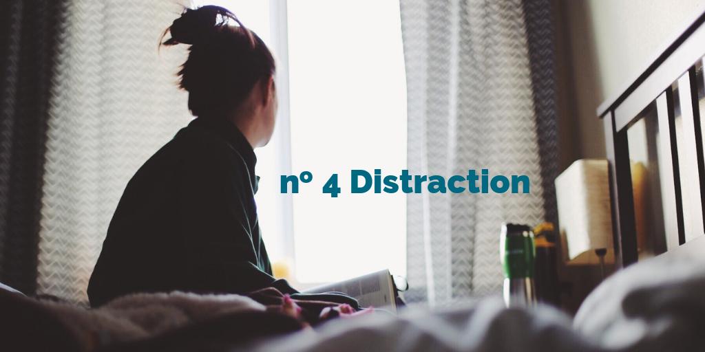 no 4 Distraction. Une personne assise sur un lit, regardant fixement par la fenêtre.