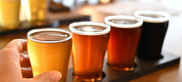 sampling-beer-from-a-flight-of-craft-brews-craft-beer-brewery-enjoying-beer-drinks-with-friends_t20_rRG6XX