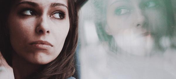 window-reflection-beautiful-girl_t20_e8oPab