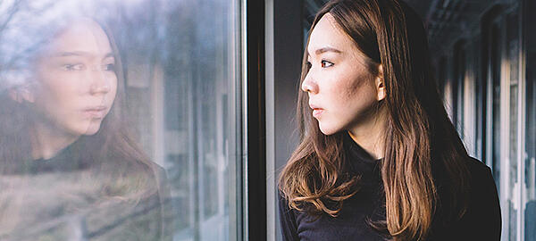 woman-looking-through-window-on-the-train_t20_oEnjY3-2