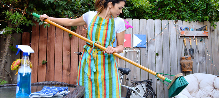 cleaning-the-patio_t20_7JlR2Z